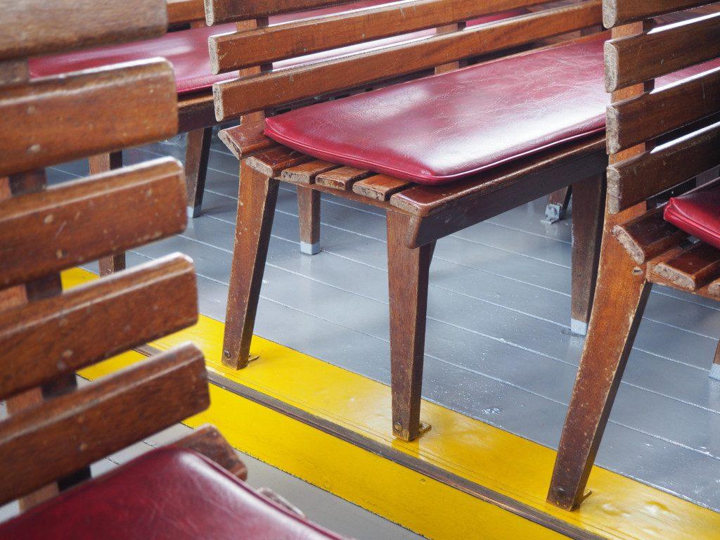 Sitzbänke auf der MS Luise auf der Kellerseefahrt