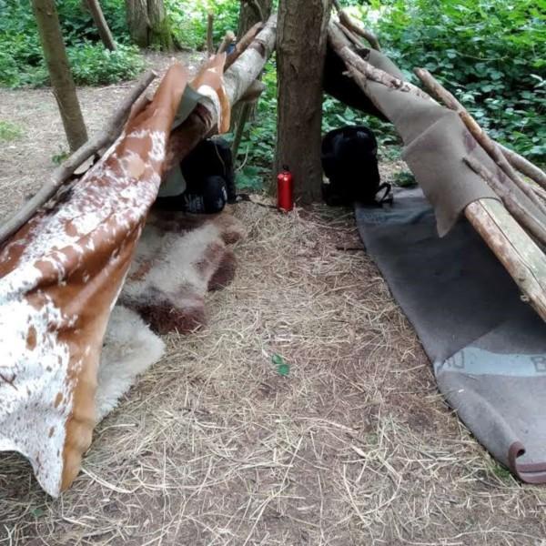 Unterschlupf aus Tierfellen Survival