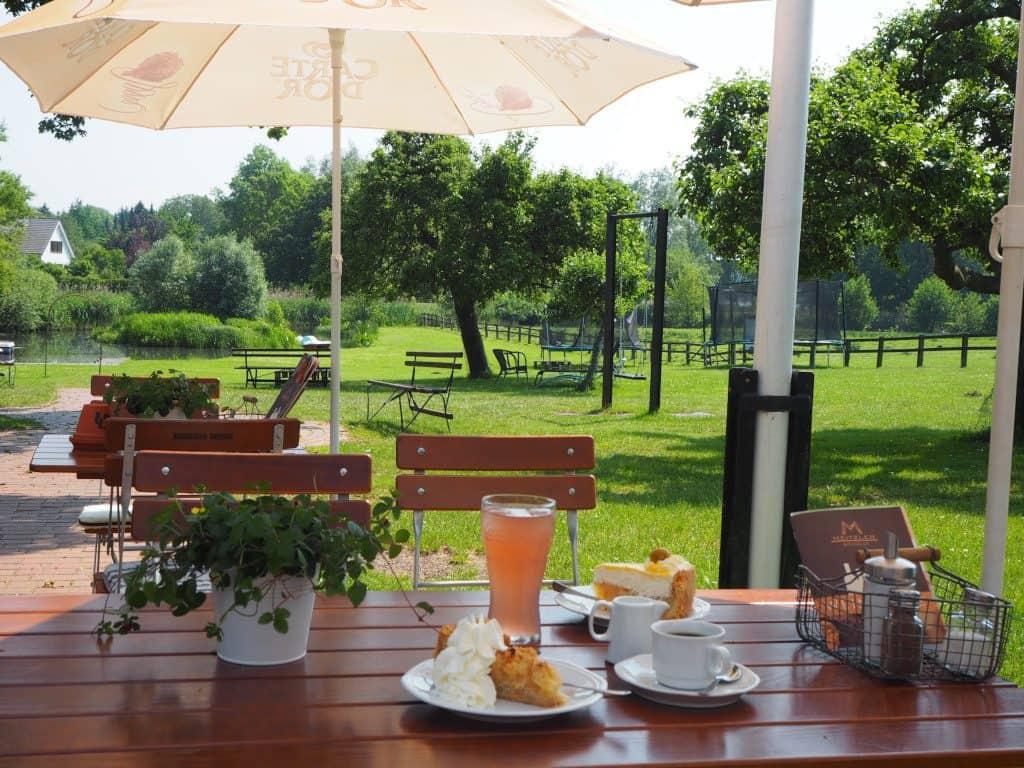 Cafés in Malente: Terrasse mit Wiese Landgasthof Kasch