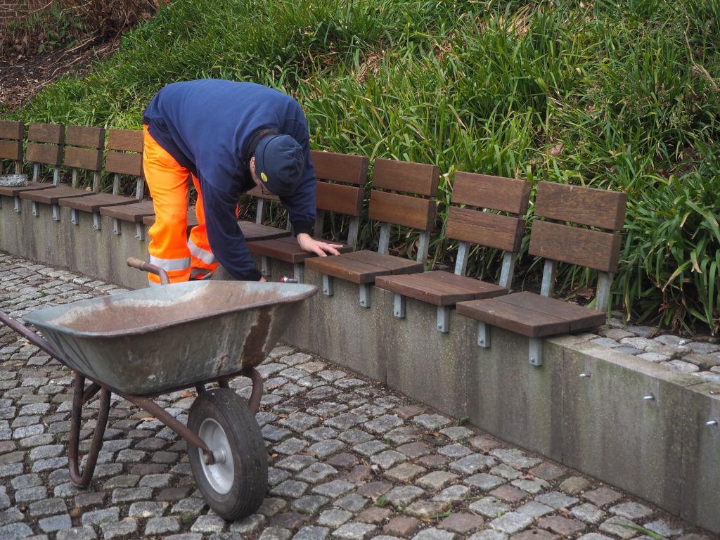 Frühjahrsputz im Kurpark Malente: Reparaturen an der Freilichtbühne