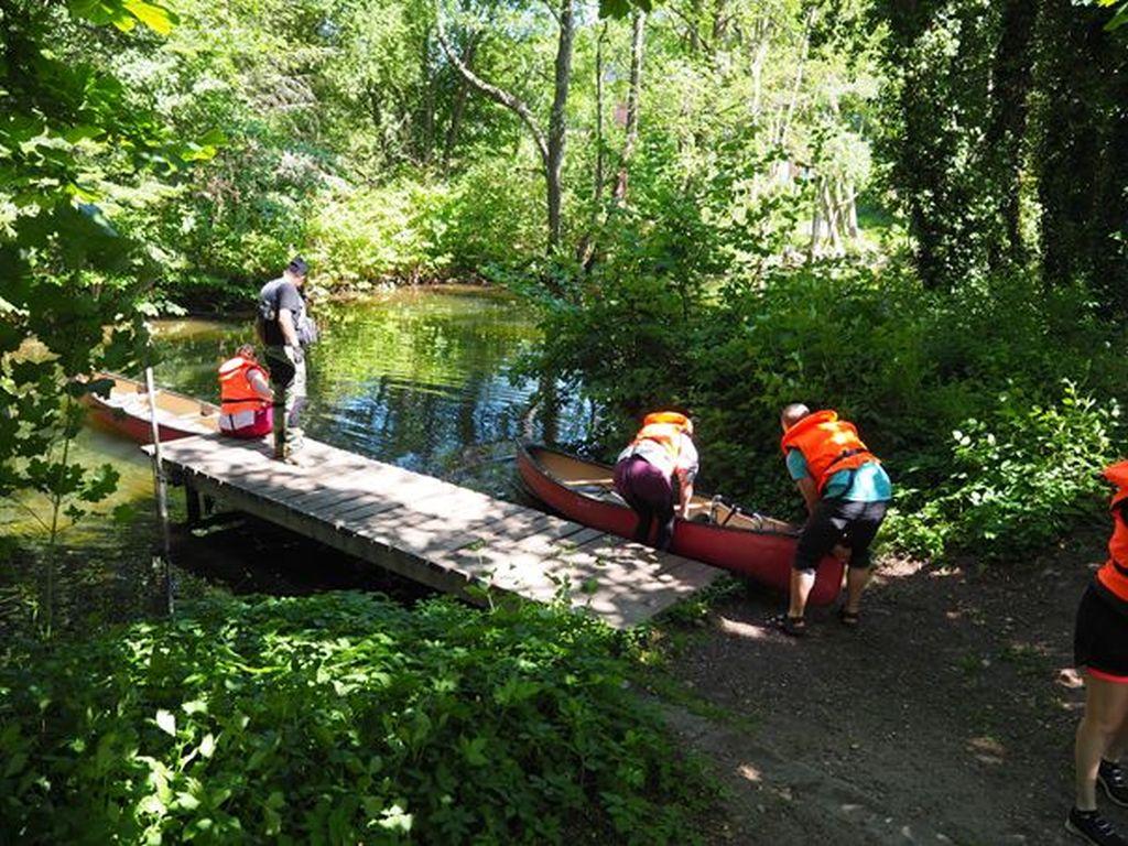 Die Kanus werden an einer der Einsatzstellen zu Wasser gelassen