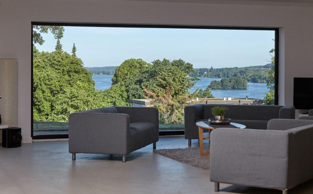 Urlaubsarchitektur mit Panorama-Seeblick im Retro-Bungalow