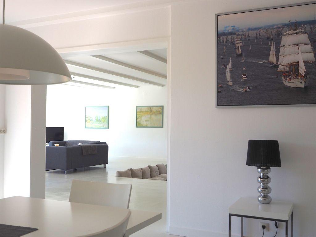 Großzügige Urlaubsarchitektur Offenes Design im Wohnbereich des Retro-Bungalow