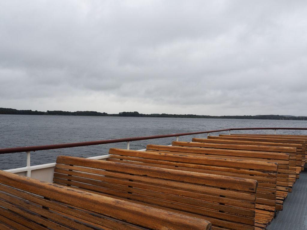 5-Seen-Fahrt zu Fuß oder mit dem Schiff - schöne alte Holzbänke gibt's auf der MS Malente