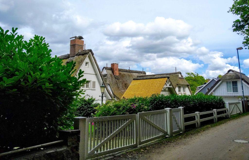 Die schönsten Reetdachhäuser stehen direkt am Wanderweg