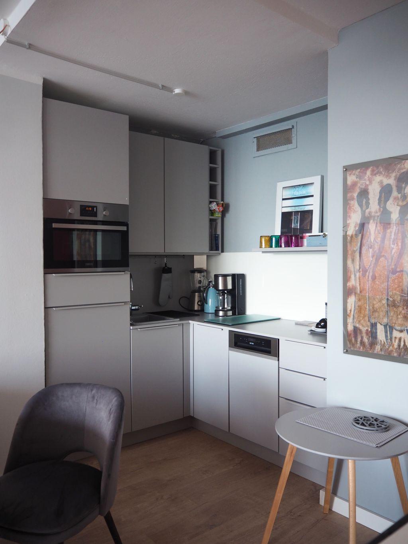 Die Küche ist klein und kompakt