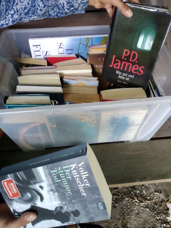 In Bücherschränken gibt es Bestseller und Ladenhüter