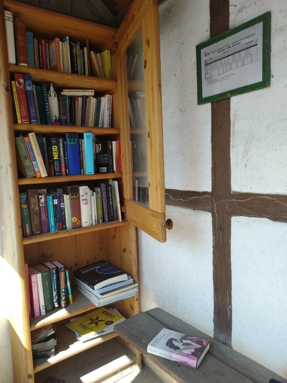 Manche Bücherschränke sind in alten Wartehäuschen untergebracht
