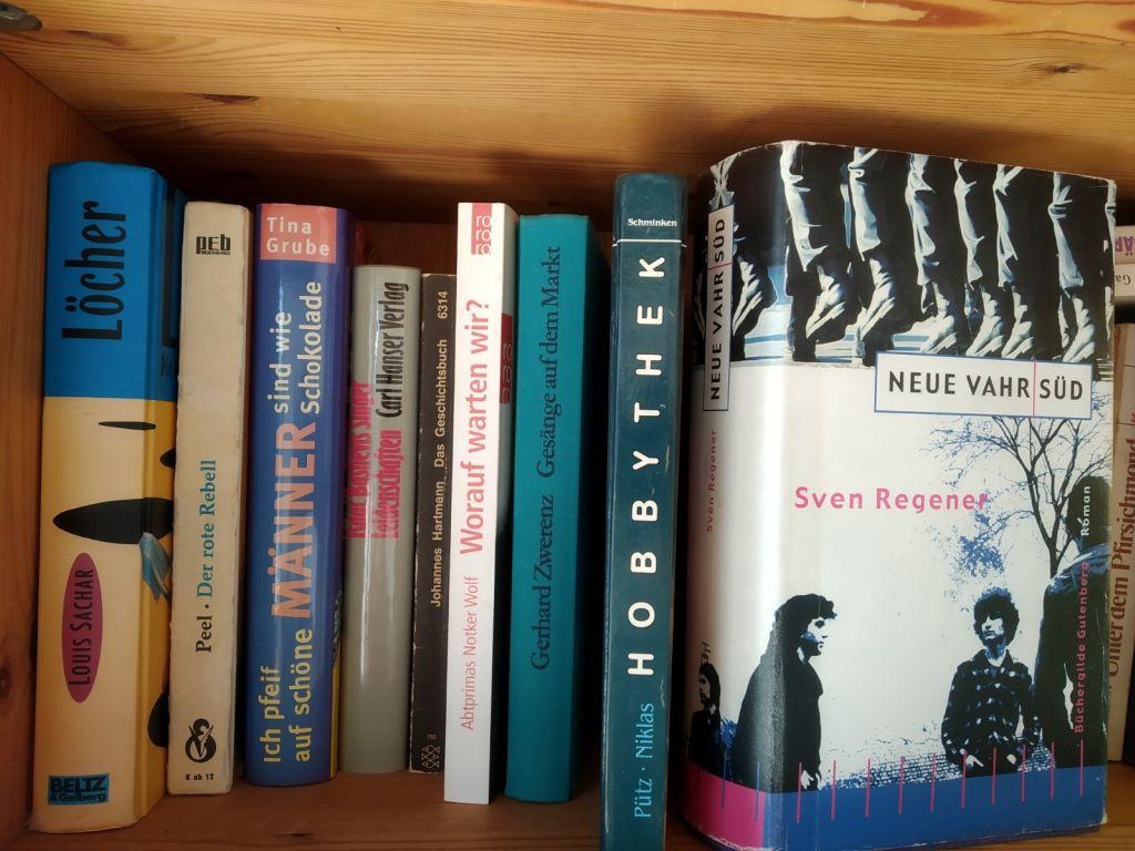 Bücherschränke mit buntgemischtem Sortiment