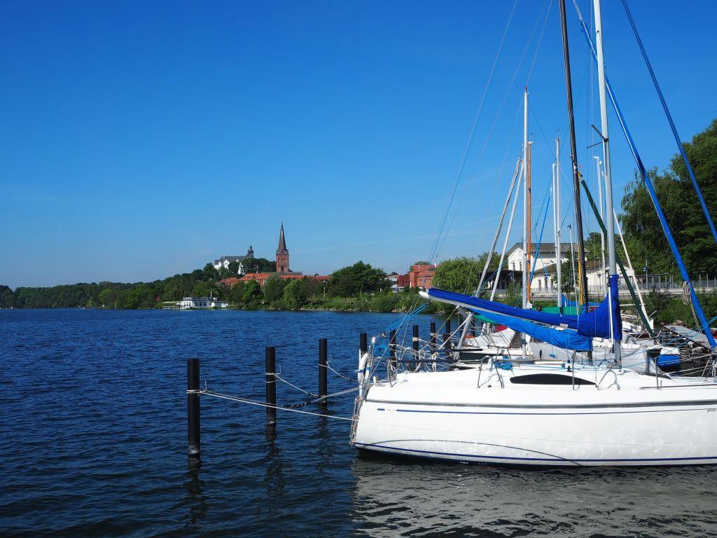 Hinter dem Segelhafen sieht man schon die Kirche auf dem Marktplatz