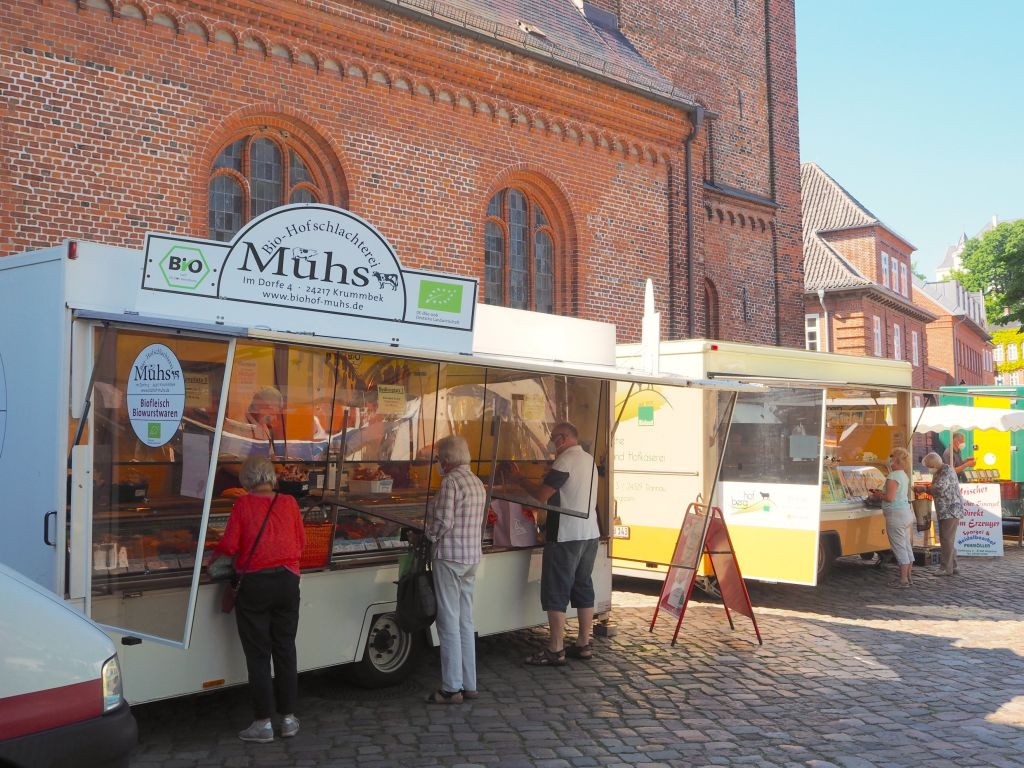 Bio-Fleisch auf dem Wochenmarkt in Plön