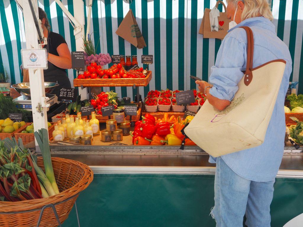 Frisches Gemüse aus der Region auf dem Wochenmarkt in Plön