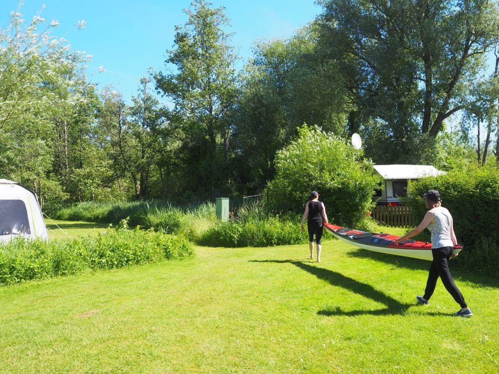 Das Kajak wird gleich am Campingplatz eingesetzt